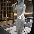 還有她的雕像