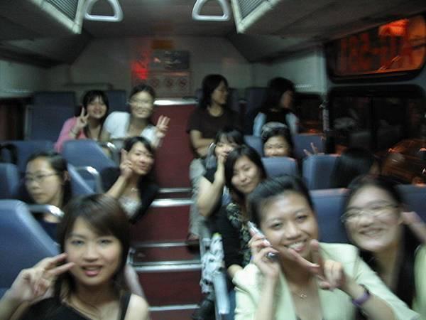 很妙的公車,大家都在上面