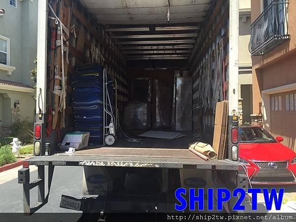 SHIP2TW馬上派出人到謝小姐家裡評估,與謝小姐討論這該如何包裝打包。  利用了兩天半的時間,SHIP2TW到謝小姐家協助所有傢俱及行李的包裝,  不過包裝的好與壞,就會影響物品從美國搬家回台灣的完整率 (整個流程中,包裝算是比較貴的地方,想省錢的朋友可以考慮自行包裝。)從洛杉磯留學的謝小姐家裡打包好之後,謝小姐發現東西不是只有一點點嗎?怎麼不小心就裝滿一整個貨車了,搬家蠻常遇到這樣的情形就是東西整理之後比原本預期的多出不少,如果不肯定需要從美國寄行李箱子運回台灣數量的朋友可以請Ship2TW先行來為你預期的數量來給予估價,Ship2TW會以體積及重量來評估整個船運費用和海運費用這樣就會對搬家回台灣的預算有所掌握,像這樣整個貨車的運輸費用及搬運費用從700美元到3500美元都有可能,這是因為運輸距離及物品的數量及重量還有需不需要多加人力的費用等因素而有所不一樣,如果遇到需要跨州或是在比較郊區的地方,美國當地的運輸公司或是搬家公司是不願意來承接的喔~