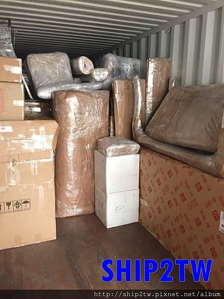 從家裡打包好之後,你會發現東西不是只有一點點嗎?怎麼不小心就裝滿一整個貨車了,  貨車在SHIP2TW監督下運送至港口的倉庫就準備裝櫃等待出口。