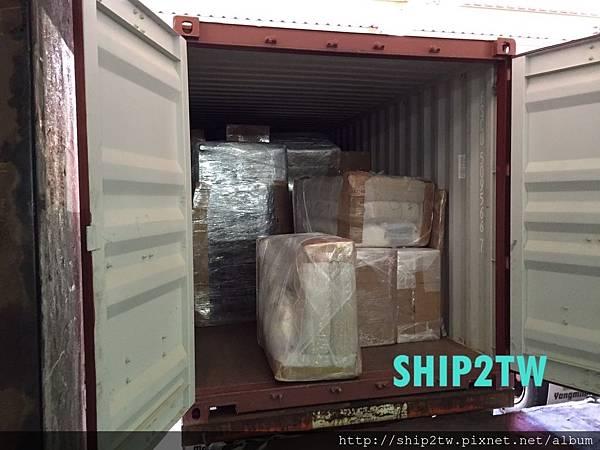 ship2tw美國倉庫現場工作人員很賣力的將留學生謝小姐要運回台灣的物品一一搬運送置美國倉庫