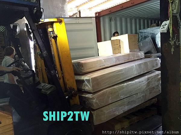 有了叉車的協助,讓ship2tw美國倉庫現場工作人員省下不少時間, 可以更快將運回台灣的物品一一搬運送置美國倉庫