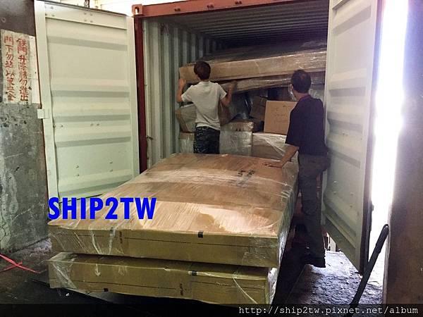 ship2tw美國倉庫現場工作人員很賣力的將運回台灣的物品一一搬運送置美國倉庫