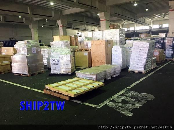 美國海運回台灣的搬家過程中搬家的行李總是有些是有大有小,傢俱形狀不一的,不用擔心!SHIP2TW會做最安全的方式來擺放,  如果從美國海運回台灣的行李利用同樣大小的箱子來裝箱,一來可以有效增加整個海運貨櫃的空間,二來更可以給予行李較為安全的保障  從上圖SHIP2TW美國出口倉庫照片中可以看得出來,用箱子來包裝對於美國華僑留學生的行李可以有效降低的損壞率。
