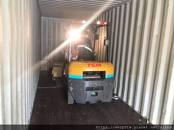 留學生Stenen的汽車及行李經過了三個星期的海運時間~  終於抵達台灣了  下圖是ship2tw和報關人員一同去櫃場的照片,  台灣的貨櫃存儲場很大,有非常多家海運公司及國際物流公司的物品都有這存放及進出,  海關人員也會在檢查進口進來的物品.Ship2TW協助從美國海運進口Steelcase手勢辦公椅回台灣的照片-想找安全可靠價格優惠的美國海運公司Freight Forwarder in USA嗎? 為什麼網友推薦Ship2TW美國海運回台灣服務? 因為Ship2TW提供海運汽車、散貨行李、 貨櫃搬家Door-to-Door、代購代收海運回台灣等完整服務。 Ship2TW是一家位於美國加州洛杉磯海運公司, 公司成立於2008年, 每年從美國出口數百個貨櫃海運回台灣, 搭配長榮海運、陽明海運、OOCL等主要船運公司, 每周都有船班從美國海運回台灣基隆、台北港、台中港及高雄港,正常船期約3-4星期左右, 提供客戶快速及優惠服務,廣受網友推薦美國海運公司
