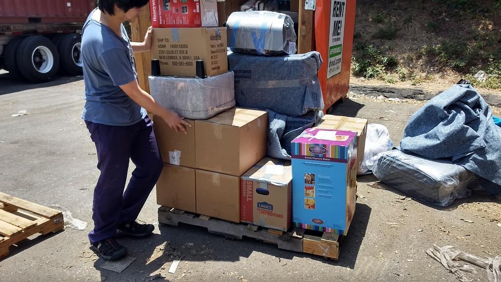 圖片中是住在舊金山灣區柏克萊Berkeley的留學生陳小姐的行李委託Ship2TW從美國寄台灣海運,陳小姐在加州柏克萊大學主修電腦資訊工程,放棄在矽谷google高薪工程師工作準備回台灣幫助父親事業,總共有十幾箱大大小小日常生活必需品想要海運回台,比較過郵局及UPS海運價格之後,發現Ship2TW從美國寄行李回台灣運費是最便宜的,還有許多PTT網友推薦,網路評價優良,於是利用Ship2TW海運服務完成這次跨國搬家行程。