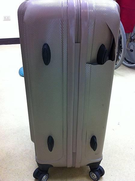 行李箱破損