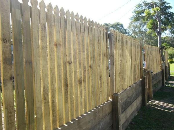 全新未上漆的木造圍牆.JPG