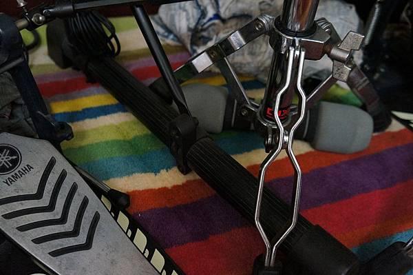 小鼓架的位置受限於L架,被卡住了,左踏板的位置也受限了
