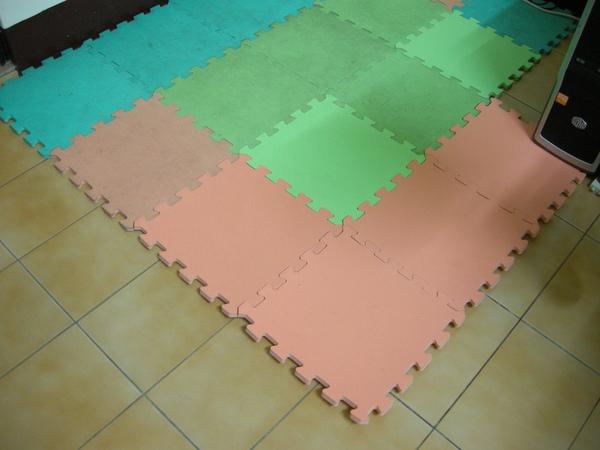 先鋪上拼圖地毯