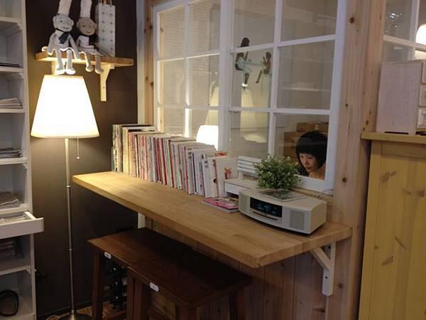 """我也很愛這個小角落,好多看起來很棒的日文書(哪天我才能真的學好日文,真的看懂這些書啊^^"""")"""