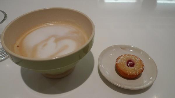 小蛋糕配咖啡拿鐵