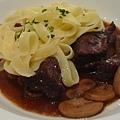 柏根地紅酒燉牛肉配鳥巢麵