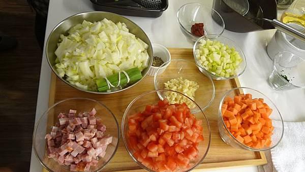 一堆蔬菜要加入一起燉牛肉的