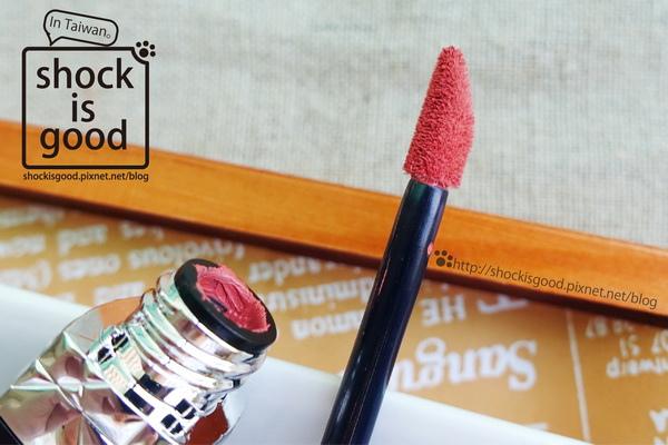 让人一见锺情的时髦土色,Dior蓝星绝色唇萃#527桃木雾。Rouge Liquid ディオール ルージュ ディオール  リキッド
