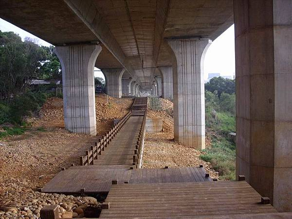 高架橋下的自行車步道