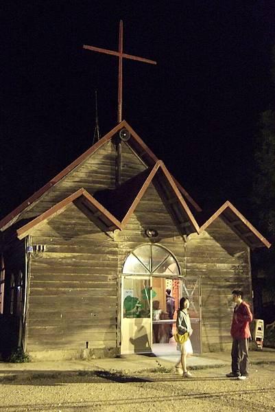 晚上的部落教堂