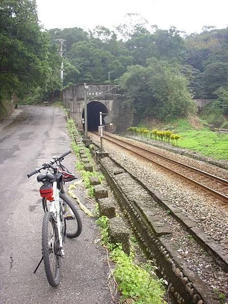 這趟都是跟著河還有鐵路走