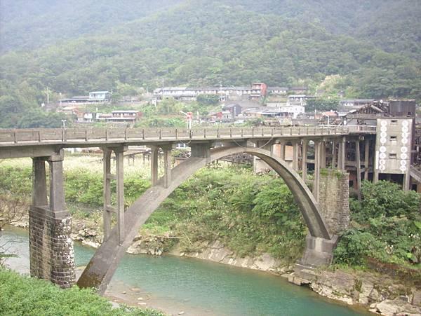 河畔都是產煤的建物與設施,由這橋相連