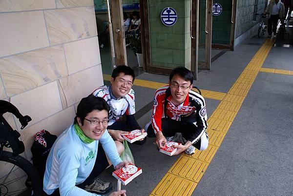 餓壞了,三個人啃四個