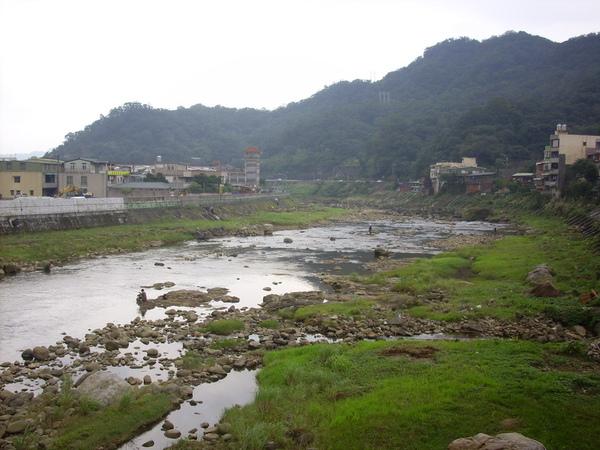 出了瑞芳鬧區後河水就清澈多了