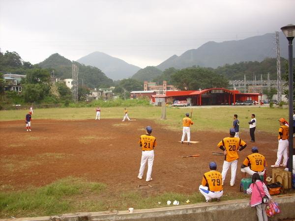 河邊壘球場正在比賽