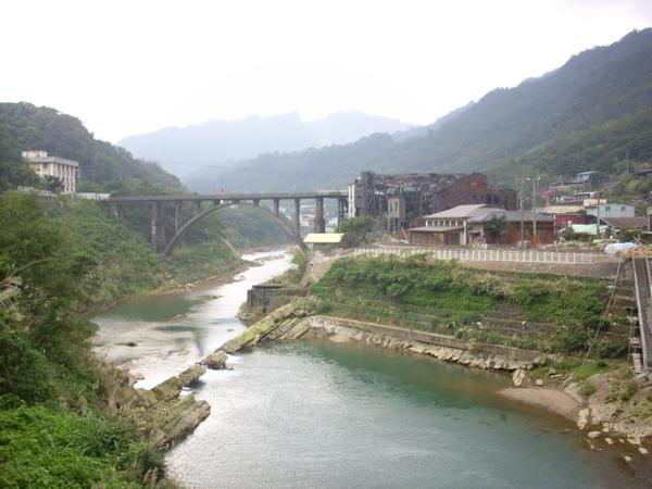 尚未包裝完工的小鎮,不像菁桐或平溪假日就被觀光客佔滿