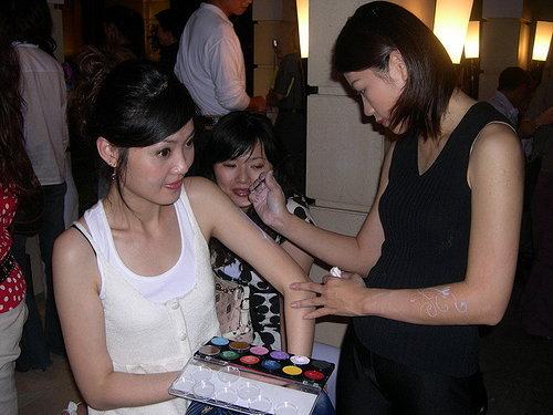 李老師專注為嘉賓進行身體彩繪