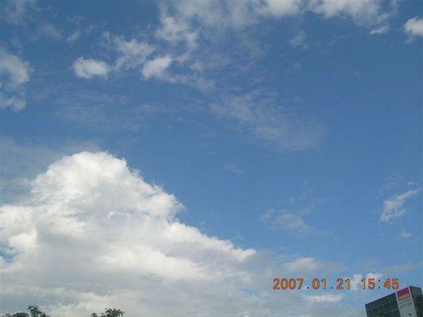 今天的天空好藍好亮....