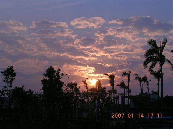 夕陽要西下了....