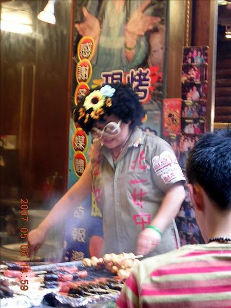 這位賣香腸的阿婆超有趣的吧!