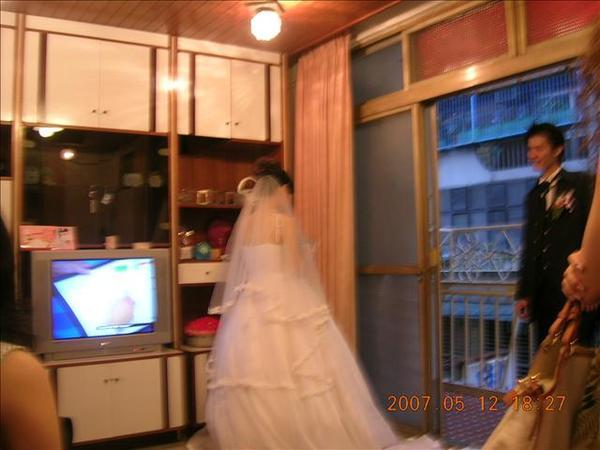 很不安分的新娘子還亂跑到客廳~~這是她們的新家