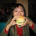 位啥我吃漢堡就會有鼻孔阿!! 真是太奇怪了