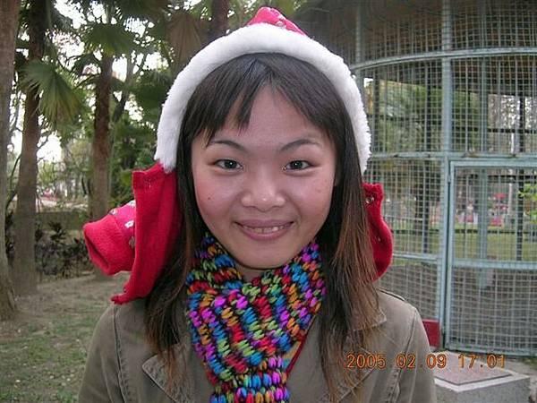 頭上披著扭蛋的新衣服..感覺像聖誕老人