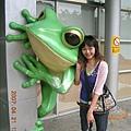 爬蟲館外的青蛙...不再像幾年前那樣做白癡的動作了~~哈哈