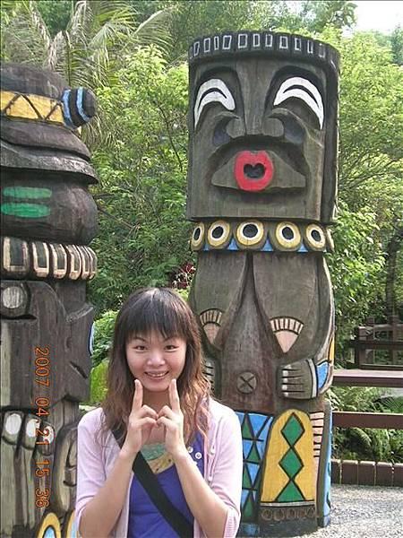這隻雕像真是太好笑了!! 我覺得我有看過身邊的人做過這個表情