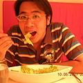 滿足的狗兒吃著他愛的羅美生菜沙拉