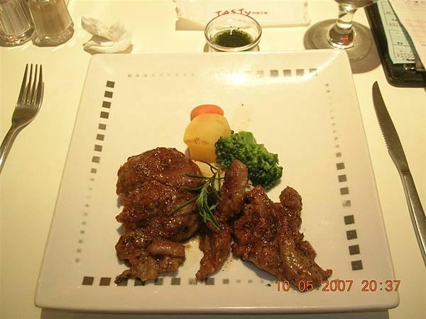 狗兒的主餐--普羅旺斯嫩肩羊排~~還不錯吃啦!