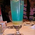 飲料名我忘了~ 就是雪碧+柳橙! 好喝喔!