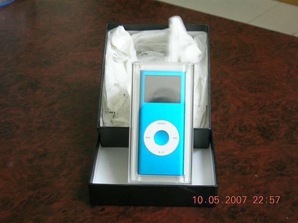 回到家之後他還是忍不住拍了他的ipod~ 藍色很美!!