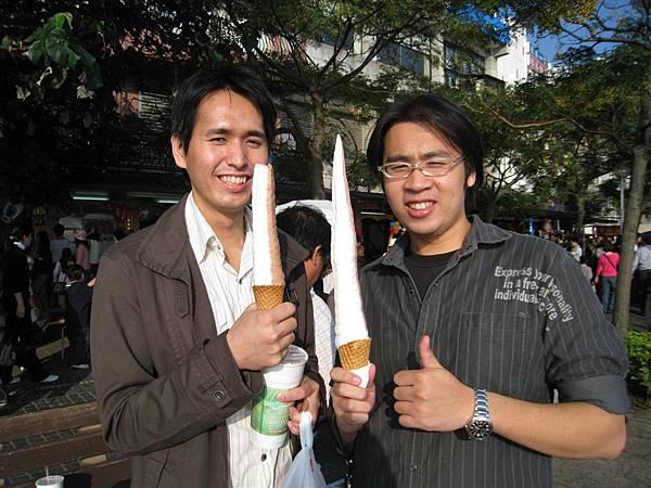 然後開心的兩人拿著巨無霸冰淇淋拍...不過李武昌先偷吃了...= =
