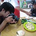吃飯前不忘拍照