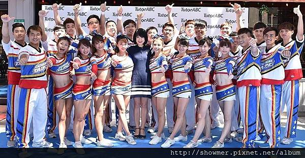 TutorABC副總趙心屏與世界冠軍中華啦啦隊合影