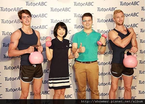 TutorABC副總趙心屏與明星首席顧問Alan、外籍健身型男合影