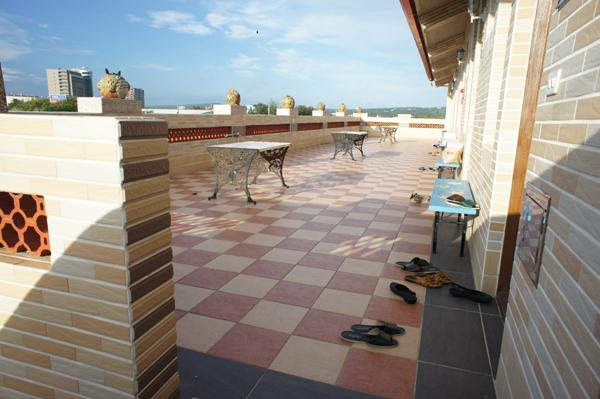 這是二樓的陽台,二樓共有六間房間,都被我們包了