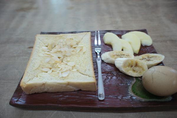 奶酥麵包+茶葉蛋+水果,營養滿分