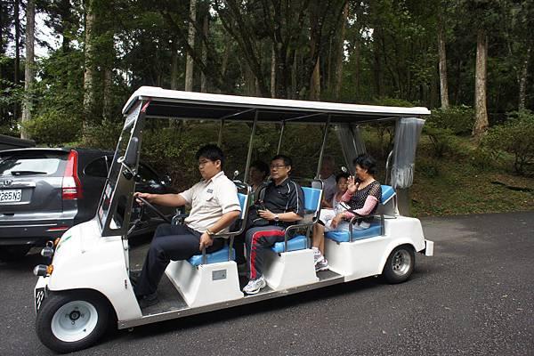 回程少爺和愛公愛嬤坐接駁車回大學池,一人五十元,小孩免費