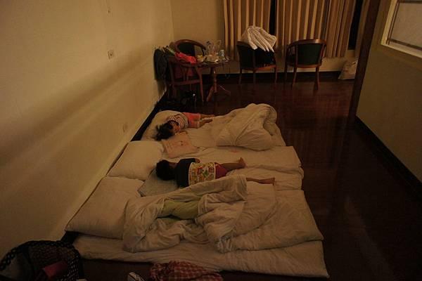 玩累的兩個,從傍晚六點多,睡到隔天六點
