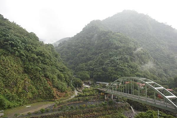 從陽台看出去的景,剛下過雨,雲霧還在山頂圍繞