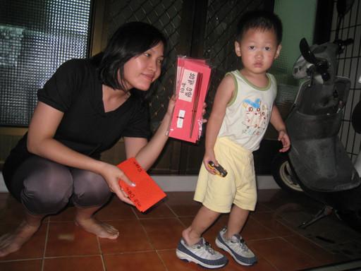 郭妹穿了哥哥的鞋子
